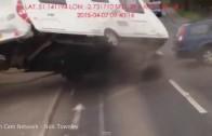 Bouračka s karavanem – otevře se o sloup jako konzerva