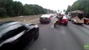 Motorkář jako šílenec předjíždí zácpu na dálnici a jedno auto změní pruh