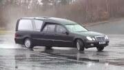 Driftování s pohřebákem – stylová poslední cesta dveřmi napřed