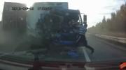 Řidič vypadne z nabouraného náklaďáku a zachrání si život