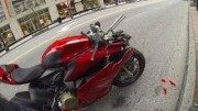 Bouračka motorky: Když podjíždíš auto, ujisti se, že nebude parkovat