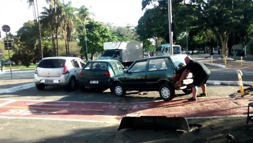 Cyklista hromotluk si odstrčí překážející auto