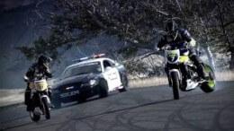 Driftovací honička motorkářů a policajta – sice nahraná, ale pěkná