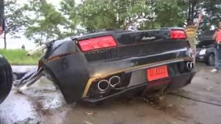 Lamborghini Gallardo roztržené na dva kusy po ráně do stromu
