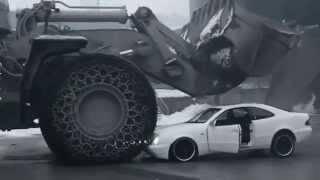 Mercedes CLK přejetý obřím nakladačem