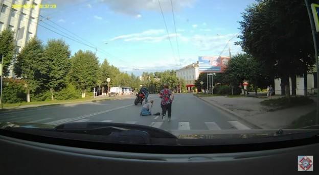 Motorkář srazil chodce