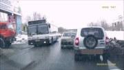 Nakopnu tě a jeď! – Váhavého řidiče donutí k odbočení až kopanec do nárazníku