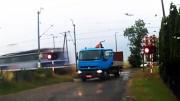 Nehoda na přejezdu – nepojízdný náklaďák a vlak