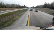 Nekompromisní trucker před sebou hrne auto, které se mu tlačilo do pruhu