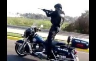 Policajti – akrobati na motorkách – takhle si užívají službu v Mexiku