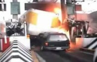 Řidič kamionu smete mýtnou bránu a všechno, co mu stojí v cestě