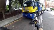 Řidič náklaďáku nekouká a přejede předním kolem motorku