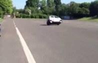 To je bezpečnost! Tata Nano se převrátí na bok i při jízdě krokem!