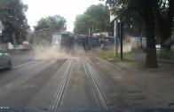 Tramvaj se rozjede na červenou a srazí se s náklaďákem