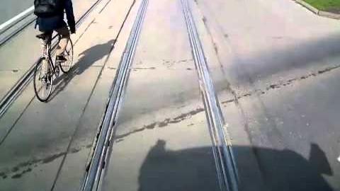 Cyklista předjíždí tramvaj a spadne těsně před ní