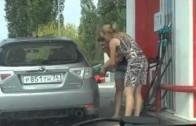 Dvě Rusky u benzínky – počůráte se smíchy