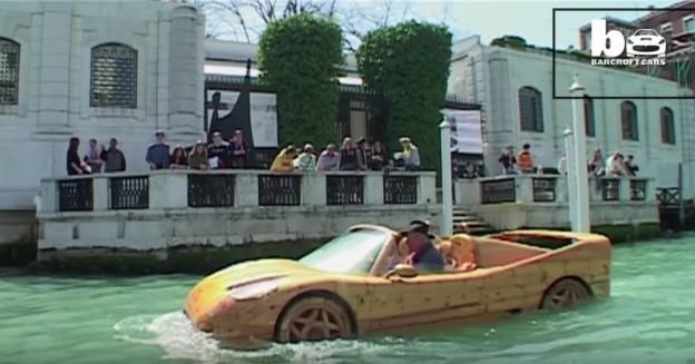 Ferrari ze dřeva plave