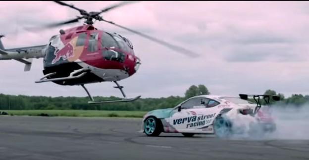 Helikoptéra a závodní auto.