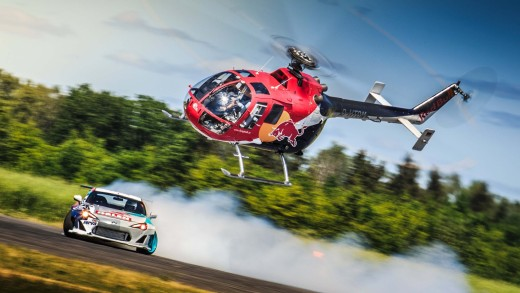 Helikoptéra honí závodní auto. Kdo myslíte, že vyhraje?