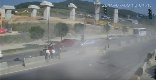 Kamion v Turecku rozdrtil auto