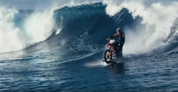 motorka surfuje