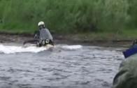 Na motorce Ural klidně přebrodíte i divokou řeku