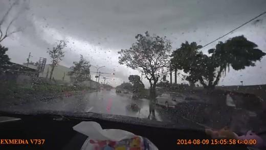Tornádo odnese auto přímo před vašima očima