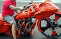 Ujetá motorka s 30 palcovým předním kolem jako ze mlýna