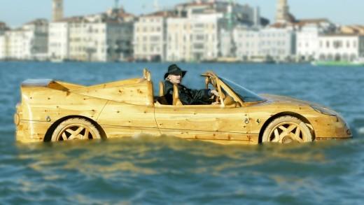 Už jste viděli dřevěné Ferrari, které plave?