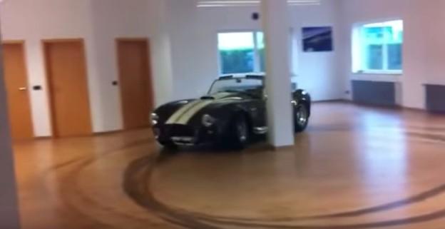 AC Cobra driftuje v obýváku