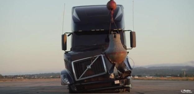 Demolice kamionu Volvo v reklamě