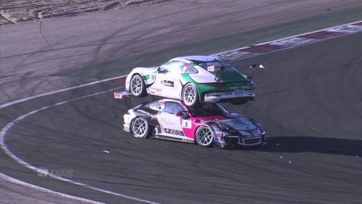 Hopla! Závodní Porsche skončilo na střeše jiného Porsche