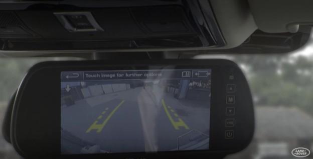 Průhledný přívěs v zrcátku Land Roveru