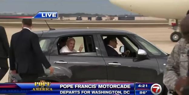 Papež odjel ve Fiatu 500 L