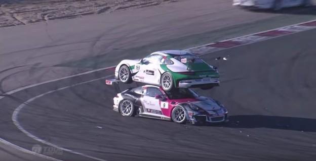 Porsche na střeše druhého auta