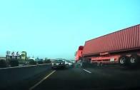 Kamion se převrátí na dva osobáky a rozmačká je na placku