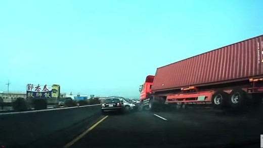Kamion se převrátil na dvě auta