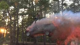 Skok z hořícího auta – kaskadérský kousek v přírodě