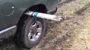 To je nápad! Jak vytáhnout jeepa z bahna? Stačí kus prkna!