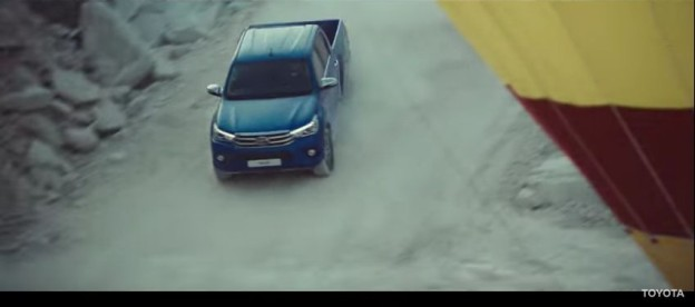 Toyota Hilux honí v reklamě balón