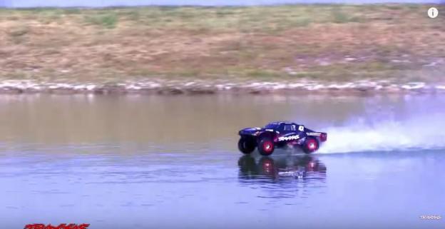 Traxxas Splash umí jezdit po hladině