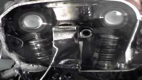 Jak to vypadá v motoru, který točí 14 tisíc otáček?