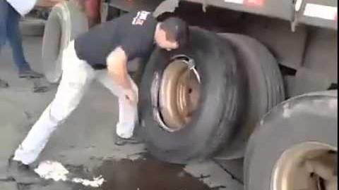 Jak vyměnit pneumatiku náklaďáku pod 2 minuty?