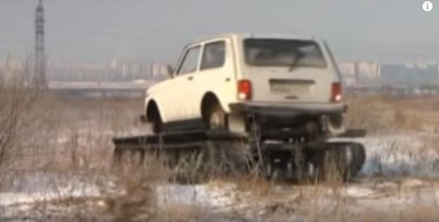 Lada Niva má pásy jako tank
