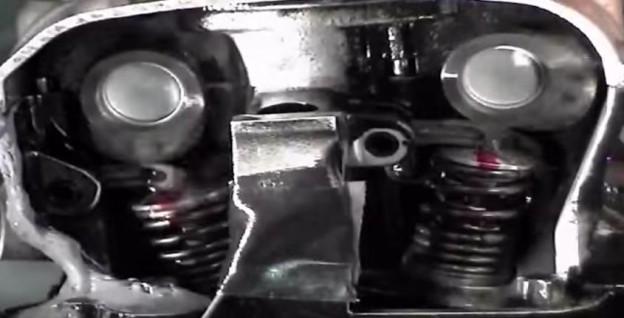 Vačky se otáčejí v motoru