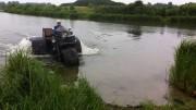 Ruská tříkolka velká jak náklaďák umí i plavat