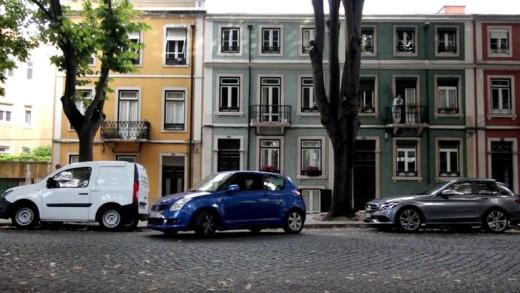Smart v reklamě parkuje mezi dvěma Mercedesy