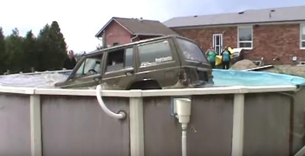 Jeep skočil do zahradního bazénu