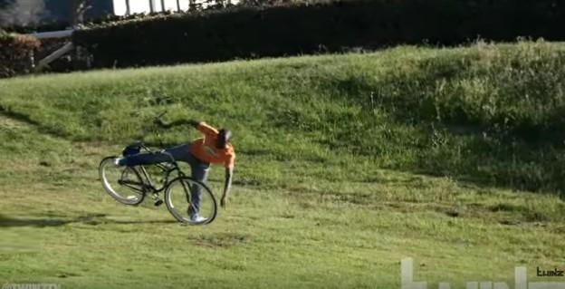 Zloději kradou přivázané kolo