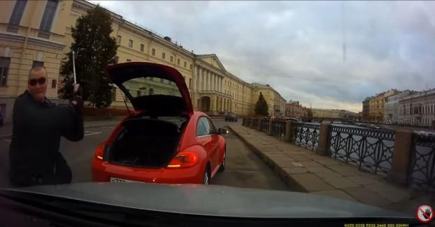 Řidič brouka rozbije čelní sklo golfovou holí